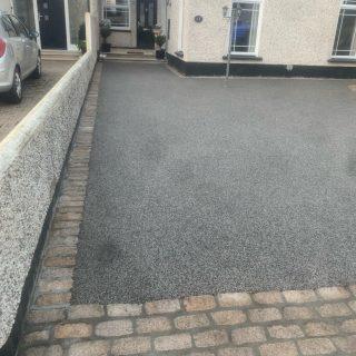 Midnight silver resin bond driveway with oak meal granite cobbles. #resinbonddriveway #pavingdublin #portmarnock #portmarnockbeach